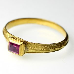Gold Finger Ring late 16th/early 17th Century AD Set With Pink Ruby -0